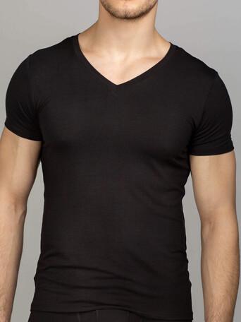 Черная футболка с V-образным вырезом