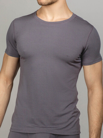 Светло-серая футболка с круглым вырезом